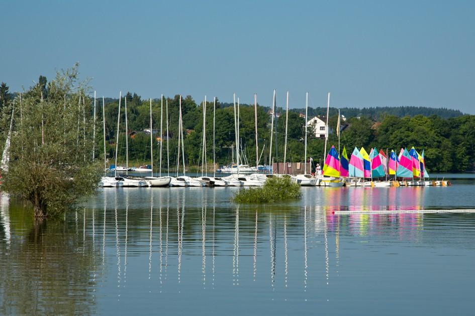 Die Segelschule Rehbach bietet Spaß für Klein und Groß auf dem Edersee