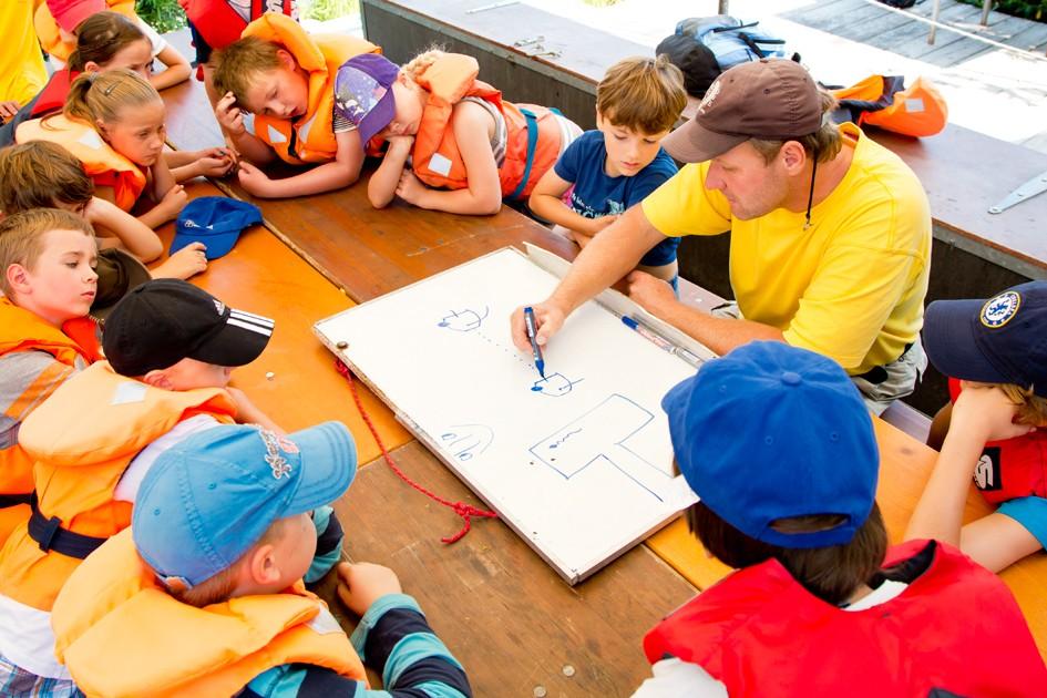 Die Segelschule Rehbach bietet Segelkurse auch für Kinder und Klassenfahrten