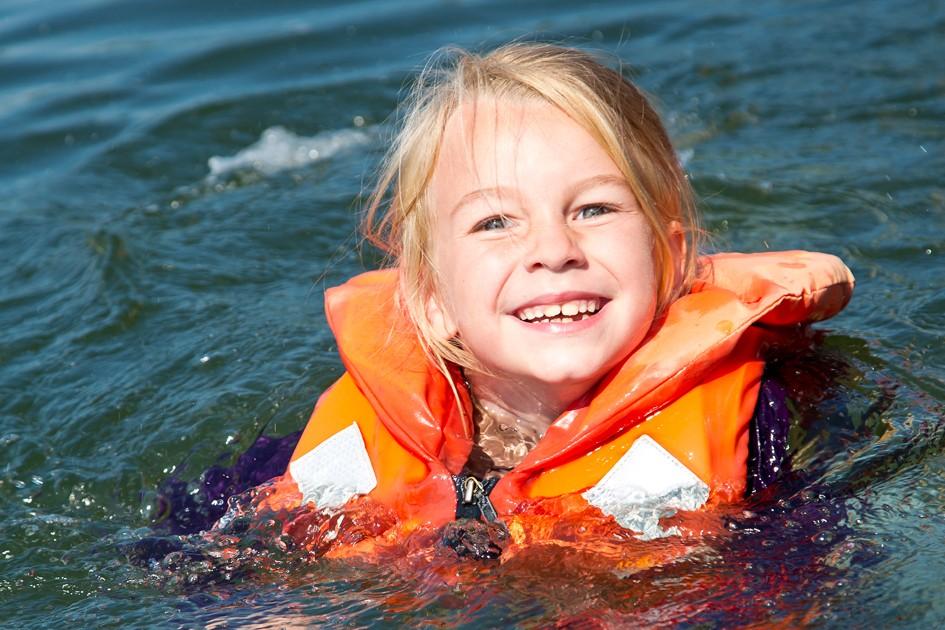 Der Edersee bietet auch Bade- und Schwimmgelegenheiten.