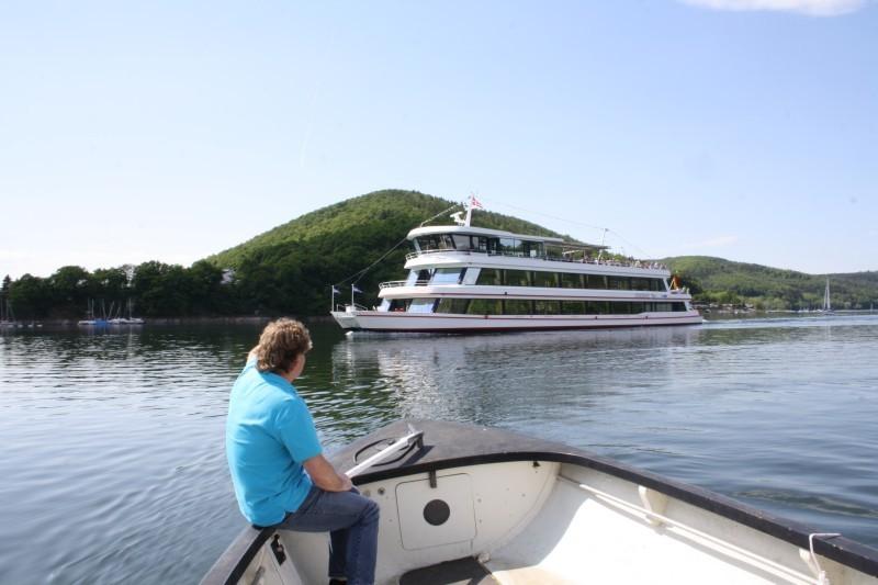Erlben Sie den Edersee auf einem Touristenschiff.